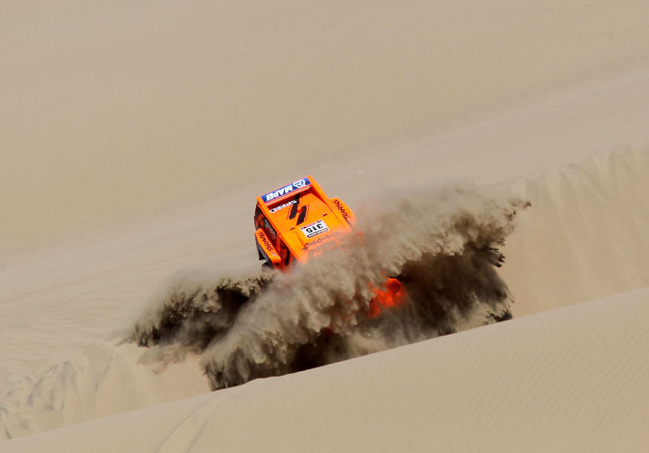 Robby Gordon charging the dunes in his Hummer during Stage 3 of the 2013 Dakar Rally